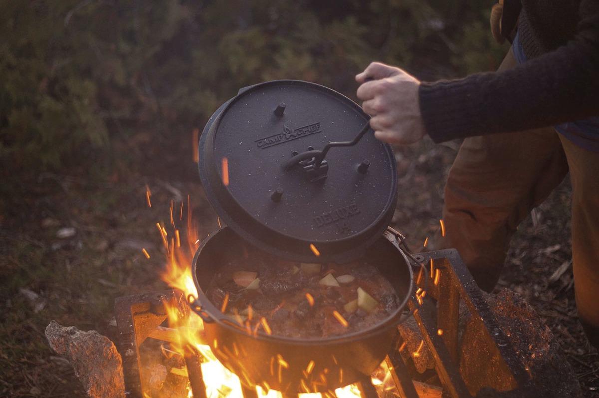Litinové grilovací nádobí Camp Chef - vysoká kvalita a užitná hodnota za příznivé ceny (zde univerzální litinový hrnec Deluxe Dutch Oven)