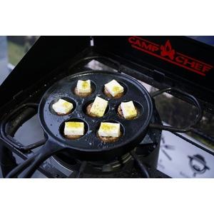 Litinová pánev Camp Chef na lívanečky - alternativa v podobě přípravy masových kuliček se sýrem