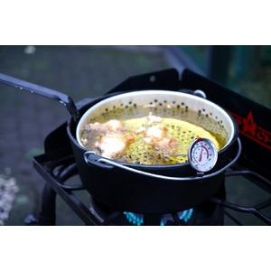 Litinový hrnec Camp Chef 30 cm s poklicí a košem (na obr. je hrnec použit na plynovém vařiči Camp Chef EXPLORER STOVE 30 MB)