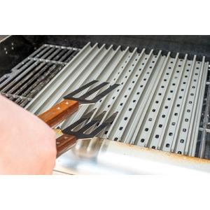 Grilovací kleště GRILLGRATE  - speciálně tvarované kleště pro komfortní manipulaci s grilovaným pokrmem na roštu GrillGrate