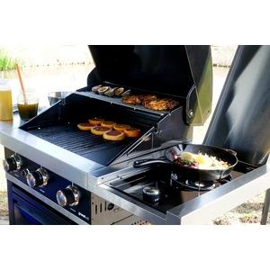 Plynový gril GrandHall PREMIUM G3 s bočním hořákem hravě zvládne přípravu několika pokrmů najednou