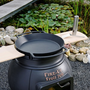 Litinový zahradní gril Leda TROLL 700 - litinová Paella pánev a příplatkové odkládací dřevěné poličky